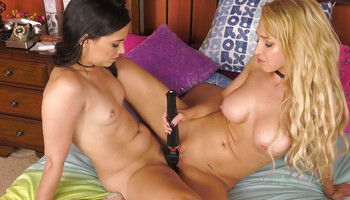 Alix Lynx and her roommate are doing lesbian webcam show